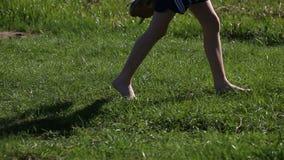 Γυμνά πόδια που περπατούν στη χλόη, την έννοια της ελευθερίας και την ευτυχία απόθεμα βίντεο