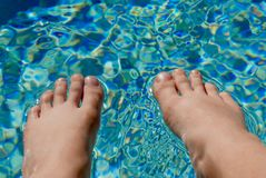 Γυμνά πόδια που στηρίζονται στην επιφάνεια του νερού λιμνών Στοκ εικόνα με δικαίωμα ελεύθερης χρήσης