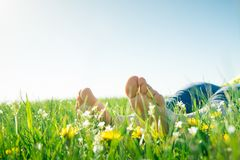 Γυμνά πόδια στη χλόη άνοιξη στοκ φωτογραφίες με δικαίωμα ελεύθερης χρήσης