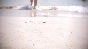 Γυμνά πόδια των τουριστών περαστικών που στηρίζονται σε μια τροπική αμμώδη παραλία 4k, φιλμ μικρού μήκους