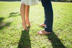 Γυμνά πόδια ζευγών που στέκονται στη χλόη Στοκ φωτογραφία με δικαίωμα ελεύθερης χρήσης