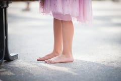 Γυμνά πόδια κοριτσιών στο έδαφος Στοκ εικόνες με δικαίωμα ελεύθερης χρήσης