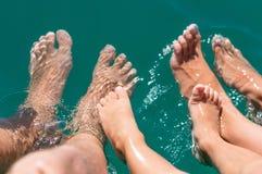 Γυμνά πόδια στο νερό του αγοριού θάλασσας, μητέρα, πατέρας Θετικές ανθρώπινες συγκινήσεις, συναισθήματα, Στοκ φωτογραφία με δικαίωμα ελεύθερης χρήσης