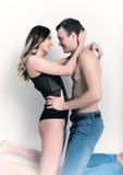 Γυμνή γυναίκα και ένας άνδρας που γονατίζει και tenderly που εξετάζει ο ένας τον άλλον Στοκ φωτογραφία με δικαίωμα ελεύθερης χρήσης