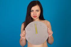 Γυμνή γυναίκα και γκρίζο ρολόι Στοκ Εικόνες