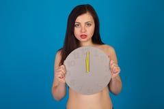 Γυμνή γυναίκα και γκρίζο ρολόι Στοκ φωτογραφία με δικαίωμα ελεύθερης χρήσης