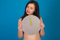 Γυμνή γυναίκα με το ρολόι Στοκ Φωτογραφία