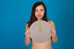 Γυμνή γυναίκα με το ρολόι Στοκ Φωτογραφίες