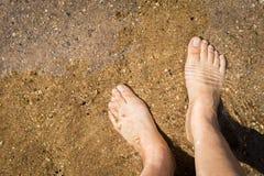 Γυμνή χαλάρωση ποδιών κοριτσιών στο σαφή ποταμό Στοκ φωτογραφία με δικαίωμα ελεύθερης χρήσης