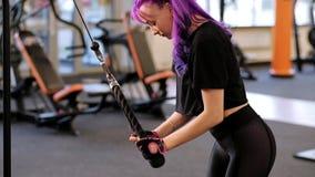 Γυμναστικής workout κατάλληλη άσκηση τρίχας γυναικών φωτεινή triceps απόθεμα βίντεο