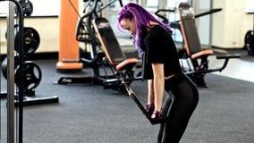 Γυμναστικής workout κατάλληλη άσκηση τρίχας γυναικών φωτεινή triceps φιλμ μικρού μήκους