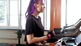 Γυμναστικής workout τρέχοντας treadmill γυναικών προθέρμανσης κατάλληλο απόθεμα βίντεο