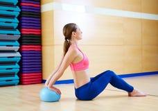 Γυμναστική άσκησης σφαιρών σταθερότητας γυναικών Pilates workout Στοκ Φωτογραφία