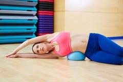 Γυμναστική άσκησης σφαιρών σταθερότητας γυναικών Pilates workout Στοκ Εικόνες