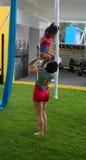 Γυμναστική άσκησης Mom και κορών πριν από ένα γεγονός Στοκ εικόνες με δικαίωμα ελεύθερης χρήσης