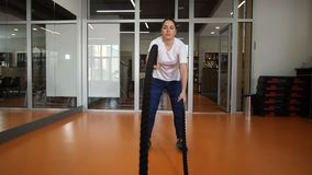 γυμναστική ικανότητας εξοπλισμού λεσχών συσκευών Πολύ σκληρή άσκηση με τα σχοινιά Το κορίτσι προσπαθεί 4K αργό MO απόθεμα βίντεο