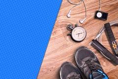 Γυμναστική ικανότητας και τρέχοντας εξοπλισμός Χρονόμετρο με διακόπτη και τρέχοντας παπούτσια, σχοινί άλματος και φορέας μουσικής Στοκ φωτογραφία με δικαίωμα ελεύθερης χρήσης