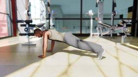 Γυμναστική με ποικίλο εξοπλισμό άσκησης και έναν αθλητικό τύπο που κάνει τον αθλητισμό απεικόνιση αποθεμάτων
