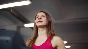 γυμναστική που λειτουργεί έξω Η αθλητική γυναίκα τρέχει treadmill Κοιτάζοντας μπροστά και στην πλευρά απόθεμα βίντεο