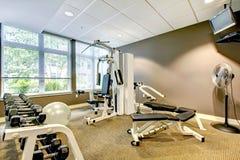 Γυμναστική στο κτήριο διαμερισμάτων με τον καφετιούς τοίχο και τη TV. Στοκ φωτογραφία με δικαίωμα ελεύθερης χρήσης