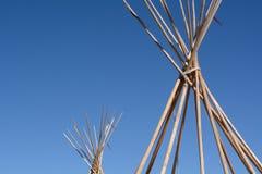 Γυμνοί πόλοι χειμερινού teepee ή tipi στο τέλος της εποχής στρατοπέδευσης Στοκ Εικόνα