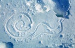 Γυμνοσάλιαγκας στο χιόνι, που σύρει στο χιόνι fractal ανασκόπησης μπλε φως εικόνας Στοκ φωτογραφία με δικαίωμα ελεύθερης χρήσης