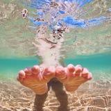 Γυμνό παιδί ποδιών στις διακοπές παραλιών υποβρύχιο με ραβδώσεις volitans Ερυθρών Θαλασσών pterois φωτογραφιών ψαριών Στοκ Φωτογραφία