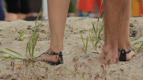 Γυμνό πόδι στην παραλία άμμου απόθεμα βίντεο
