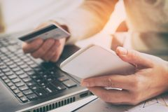 Γυναίκας χεριών κάρτα και smartphone εκμετάλλευσης πιστωτική Στοκ Εικόνες