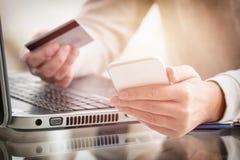 Γυναίκας χεριών κάρτα και smartphone εκμετάλλευσης πιστωτική Στοκ Φωτογραφίες