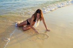 γυναίκα άμμου καρδιών σχε Στοκ Φωτογραφία