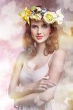 Γυναίκα άνοιξη με τα λουλούδια στοκ εικόνα
