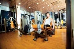 Γυναίκα άσκησης επέκτασης ποδιών γυμναστικής workout εσωτερική Στοκ φωτογραφίες με δικαίωμα ελεύθερης χρήσης