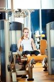 Γυναίκα άσκησης επέκτασης ποδιών γυμναστικής workout εσωτερική Στοκ Φωτογραφίες
