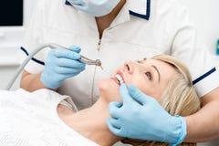 Γυναίκα έτοιμη για μια λεύκανση δοντιών Στοκ Φωτογραφία