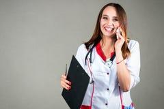 Γυναίκα ή νοσοκόμα ή γιατρός κοριτσιών στην ιατρική εσθήτα επιδέσμου με το stet Στοκ φωτογραφία με δικαίωμα ελεύθερης χρήσης