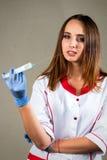 Γυναίκα ή νοσοκόμα ή γιατρός κοριτσιών στην ιατρική εσθήτα επιδέσμου με το ster Στοκ Φωτογραφία