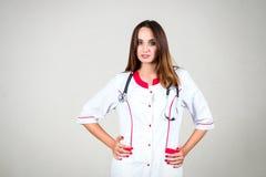 Γυναίκα ή νοσοκόμα ή γιατρός κοριτσιών στην ιατρική εσθήτα με το στηθοσκόπιο ο Στοκ Φωτογραφίες
