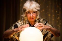 Γυναίκα αίγλης με τη μαγική σφαίρα Στοκ φωτογραφία με δικαίωμα ελεύθερης χρήσης