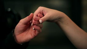 γυναίκα λαβής νεαρών άνδρων για το χέρι με το συμπαθητικό μανικιούρ που γίνεται στο νύχι της απόθεμα βίντεο