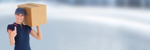 Γυναίκα αγγελιαφόρων παράδοσης με το κιβώτιο μπροστά από το θολωμένο υπόβαθρο Στοκ Φωτογραφίες