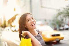Γυναίκα αγοραστών στην πόλη της Νέας Υόρκης Στοκ φωτογραφία με δικαίωμα ελεύθερης χρήσης