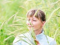 γυναίκα αγροτικών πεδίων Στοκ φωτογραφία με δικαίωμα ελεύθερης χρήσης