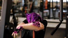 Γυναίκα αθλητικής η εκπαιδευτική αντοχής συλλέγει τη δύναμη φιλμ μικρού μήκους