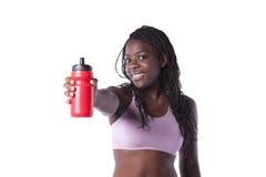 Γυναίκα αθλητών που εμφανίζει το μπουκάλι νερό στοκ φωτογραφίες με δικαίωμα ελεύθερης χρήσης