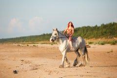 γυναίκα αλόγων παραλιών Στοκ φωτογραφία με δικαίωμα ελεύθερης χρήσης