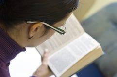 γυναίκα ανάγνωσης βιβλίων Στοκ φωτογραφία με δικαίωμα ελεύθερης χρήσης