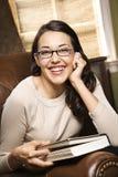 γυναίκα ανάγνωσης βιβλίω& Στοκ φωτογραφία με δικαίωμα ελεύθερης χρήσης