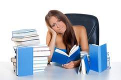 γυναίκα ανάγνωσης βιβλίω&n στοκ φωτογραφίες