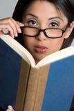 γυναίκα ανάγνωσης βιβλίω&n στοκ εικόνες